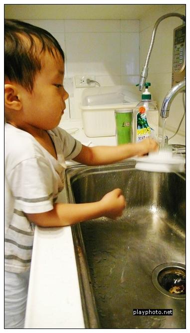 Randy負責洗果汁機的蓋子